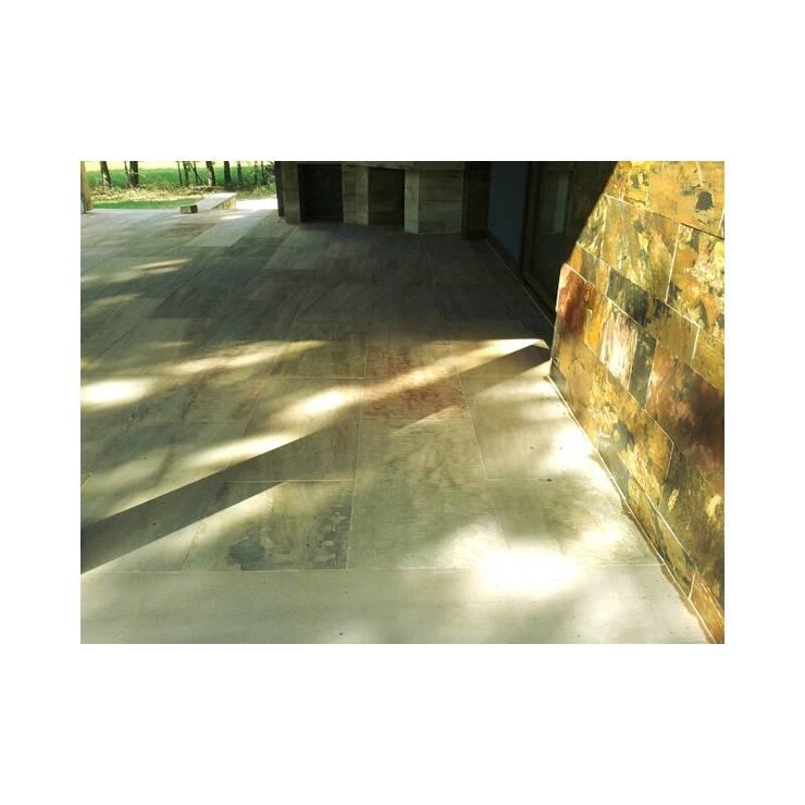 Kwarco-Piaskowiec Panther: styl , w kategorii Korytarz, przedpokój zaprojektowany przez Kamienie Naturalne Chrobak ,Klasyczny Kamień