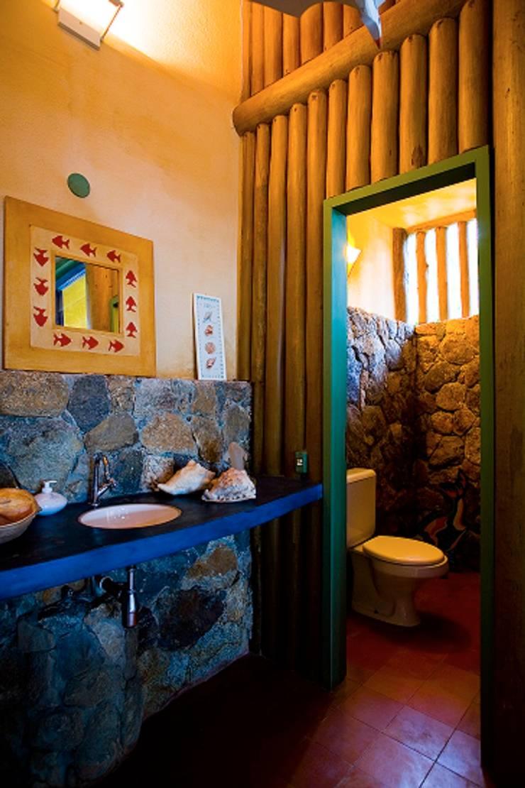 RESIDÊNCIA MM: Banheiros  por MADUEÑO ARQUITETURA & ENGENHARIA