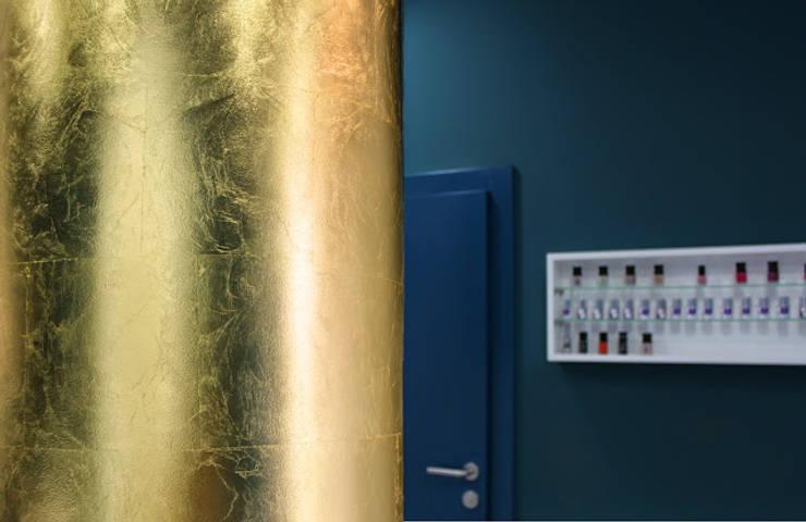 Fotografia holu zbliżenie na centralną kolumnę pokrytą płatkami szlagmetalu w kolorze złota: styl , w kategorii Kliniki zaprojektowany przez KOLORAMA