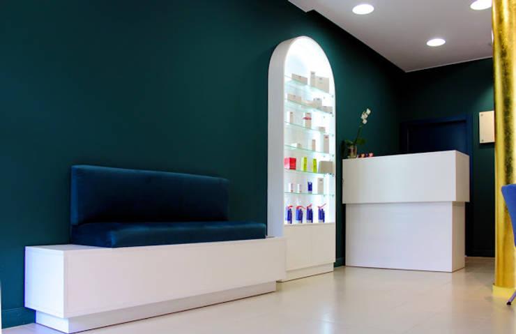 Fotografia holu, mini poczekalnia, recepcja: styl , w kategorii Kliniki zaprojektowany przez KOLORAMA