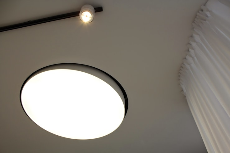 Fotografia wnętrz gabinetu medycyny estetycznej zbliżenie na detal oświetlenia: styl , w kategorii Kliniki zaprojektowany przez KOLORAMA