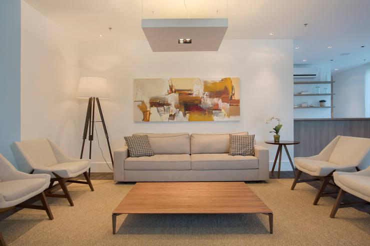 Salão de festas e brinquedoteca: Salas de estar  por Carolina Mendonça Projetos de Arquitetura e Interiores LTDA