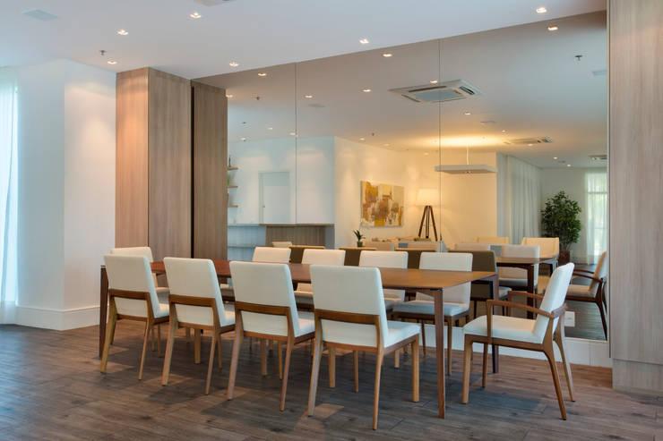 Salão de festas e brinquedoteca: Salas de jantar  por Carolina Mendonça Projetos de Arquitetura e Interiores LTDA