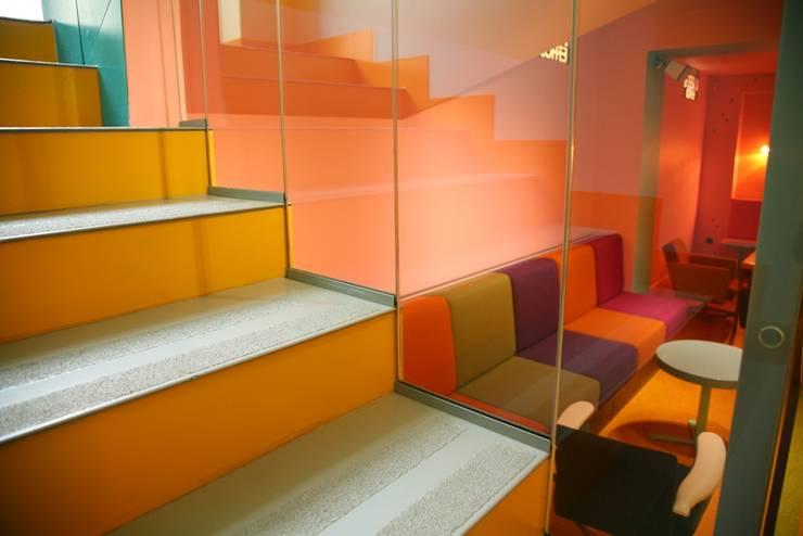 Fotografia zbliżenie na detal balustrady klatki schodowej prowadzącej na poziom -1: styl , w kategorii Gastronomia zaprojektowany przez KOLORAMA,Nowoczesny