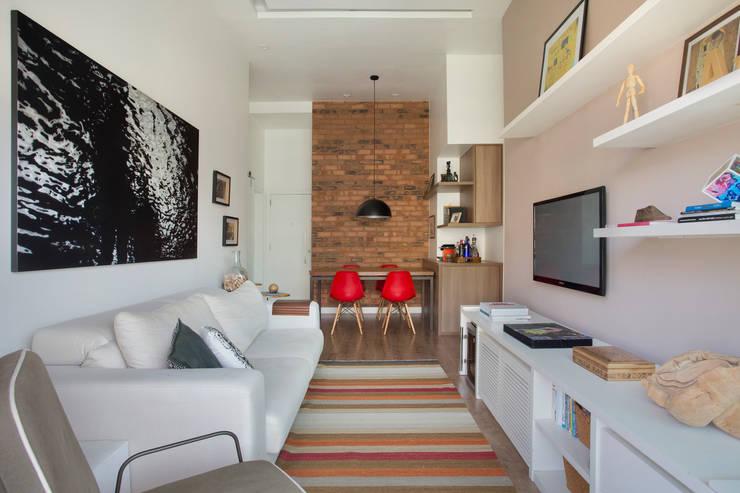 Apartamento Cool: Salas de estar modernas por Carolina Mendonça Projetos de Arquitetura e Interiores LTDA