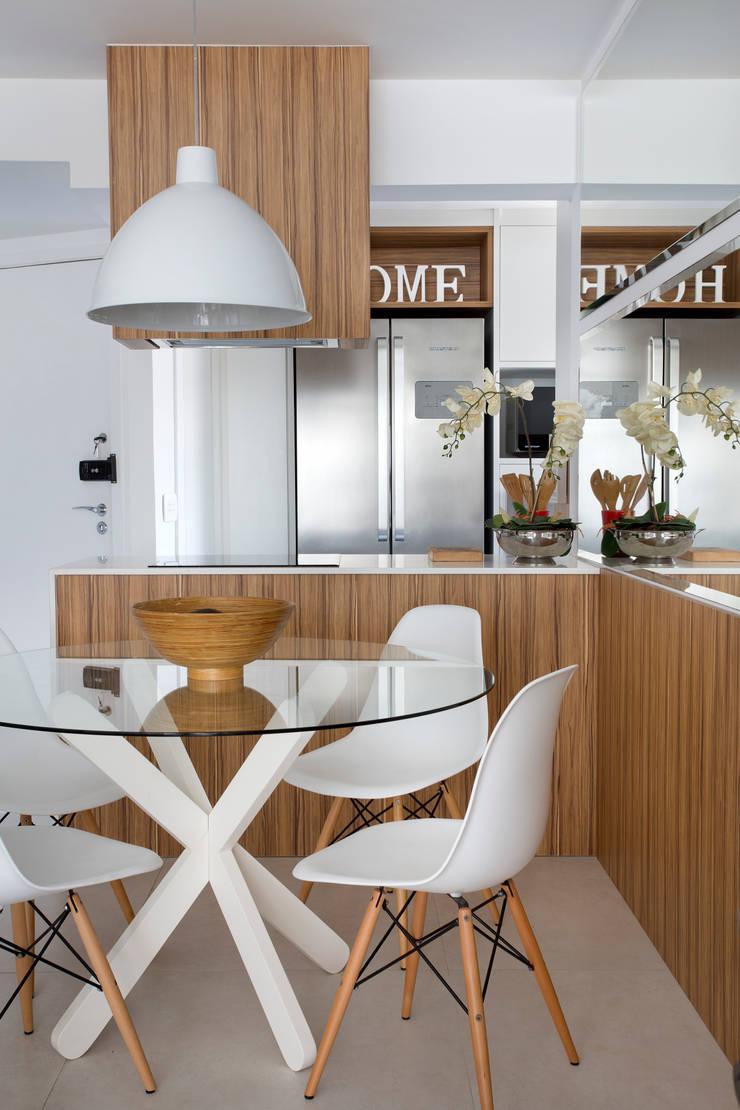 Cozinha gourmet: Salas de jantar  por Carolina Mendonça Projetos de Arquitetura e Interiores LTDA
