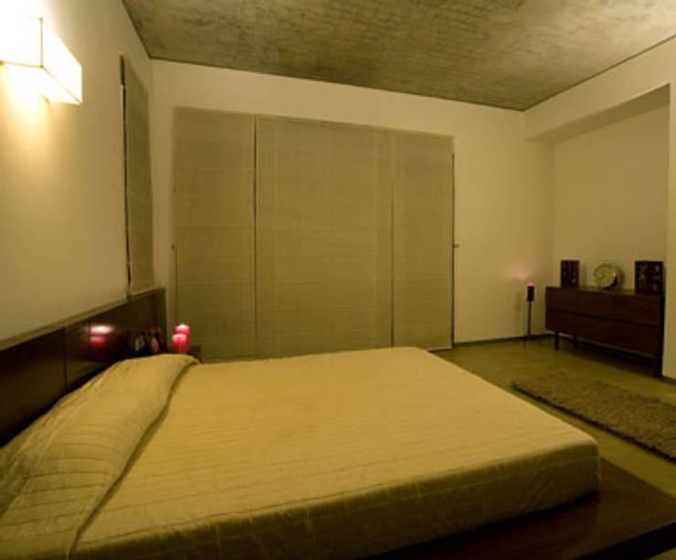 Chodha Residence:  Bedroom by Sanctuary,Modern