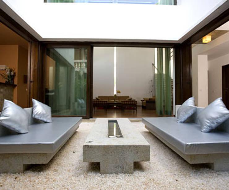 Chodha Residence:  Terrace by Sanctuary,Modern