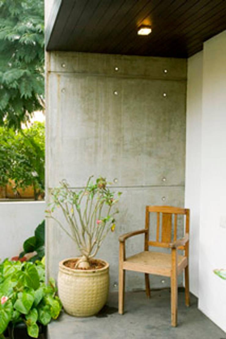 Rakesh Singh Residence:  Terrace by Sanctuary,Modern