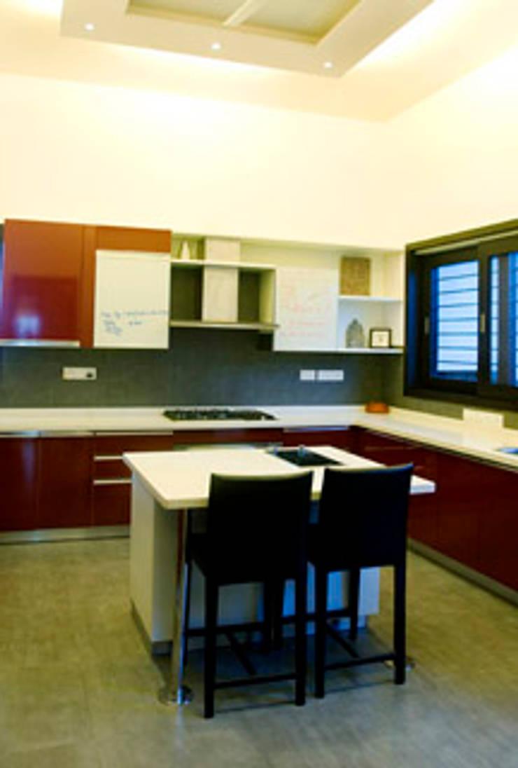Rakesh Singh Residence:  Kitchen by Sanctuary,Modern