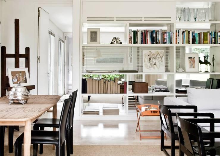 CASA EN SAN ISIDRO: Livings de estilo moderno por Arq. PAULA de ELIA & Asociados