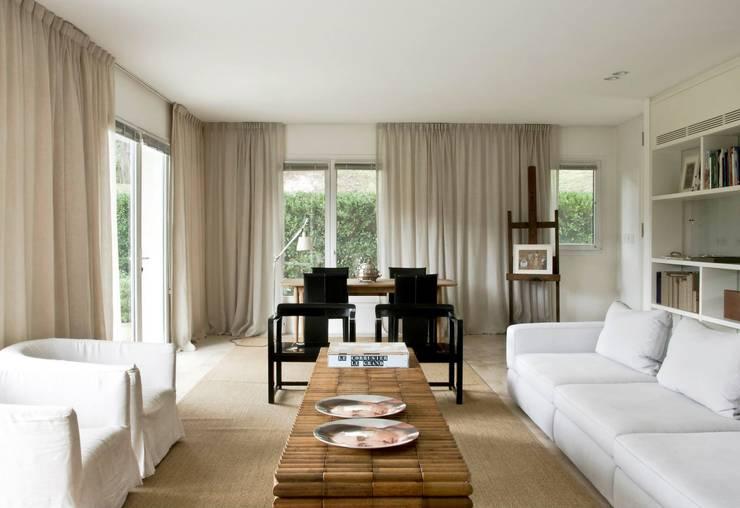 Salas / recibidores de estilo moderno por Arq. PAULA de ELIA & Asociados