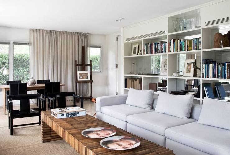 CASA EN SAN ISIDRO: Livings de estilo  por Arq. PAULA de ELIA & Asociados