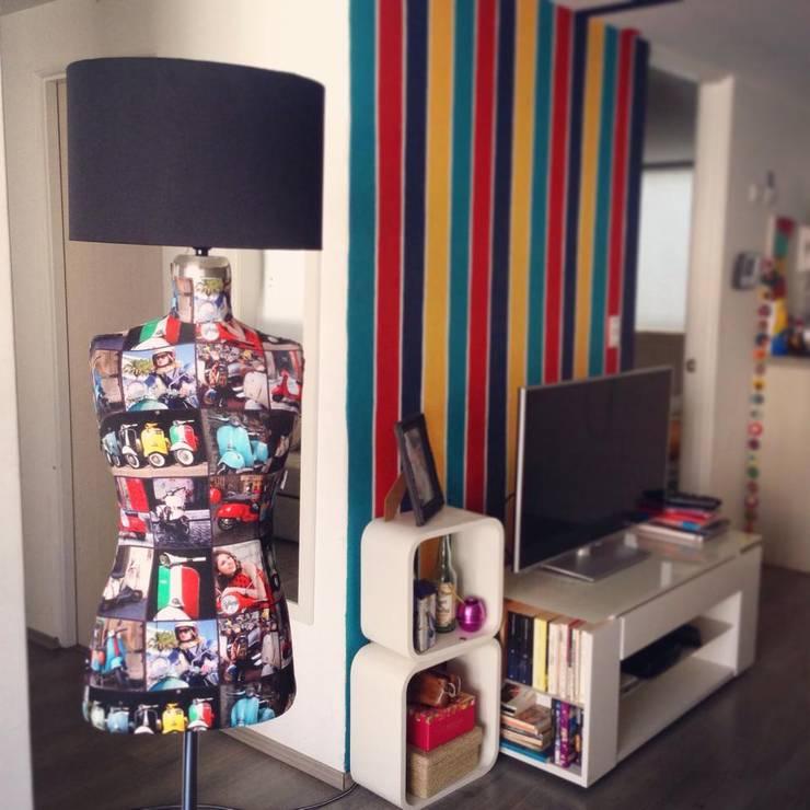 Lámpara Vespas Pop: Salas multimedia de estilo  por Franko & Co.