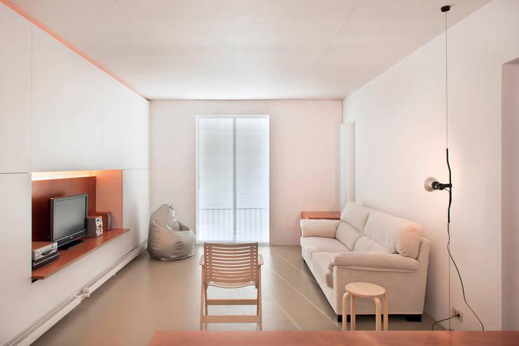 Vivienda semiprefabricada en el Eixample (Barcelona): Salones de estilo  de Estudi Agustí Costa