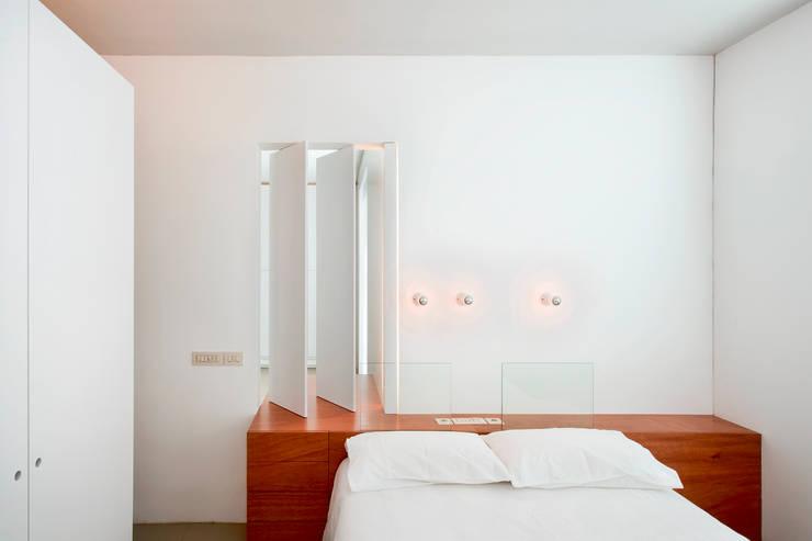 Vivienda semiprefabricada en el Eixample (Barcelona): Dormitorios de estilo  de Estudi Agustí Costa