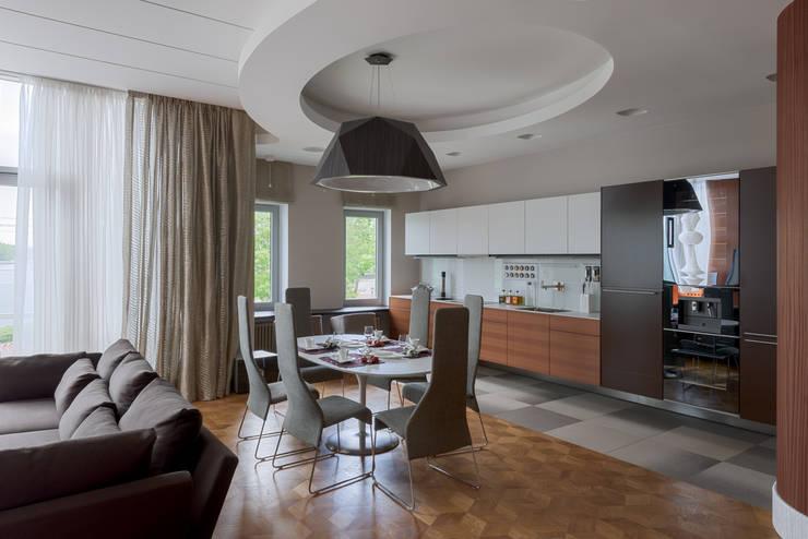 Кухня-столовая зона общего пространства: Столовые комнаты в . Автор – Format A5 Fontanka
