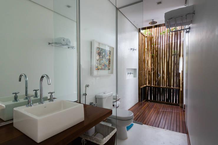 Baños de estilo  por Antônio Ferreira Junior e Mário Celso Bernardes