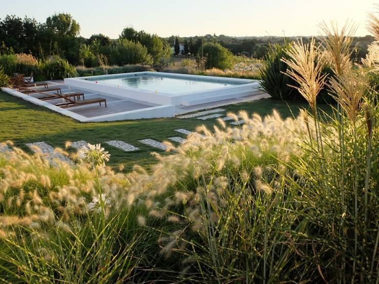 Vista sobre patamar da piscina: Jardins ecléticos por Atelier Jardins do Sul