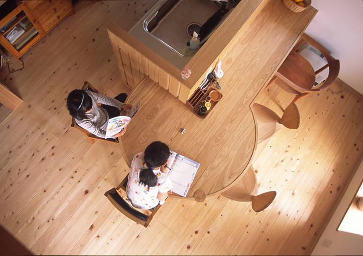 円形テーブル(造り付け): (株)独楽蔵 KOMAGURAが手掛けたダイニングルームです。