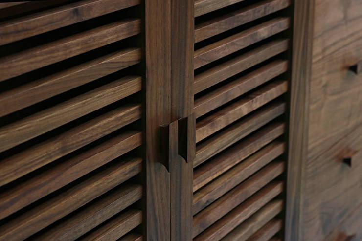 월넛 그릇장 Credenza: 데이너퍼니쳐의  거실