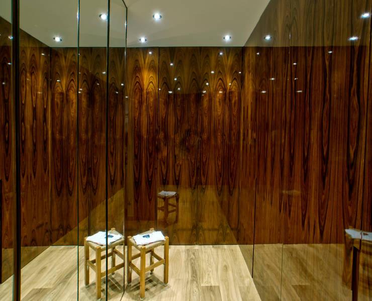 Villa d'exception: Dressing de style de style Moderne par LUSIARTE