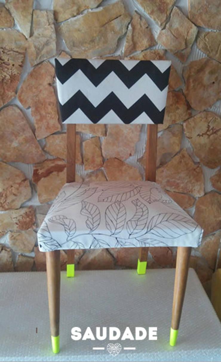 Single chair: Sala de estar  por Saudade - Restyling de mobiliário
