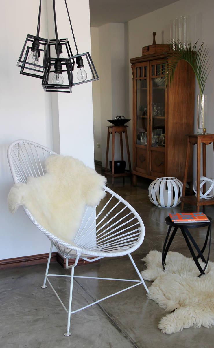 Lámpara Limbo: Livings de estilo  por TRIZZ