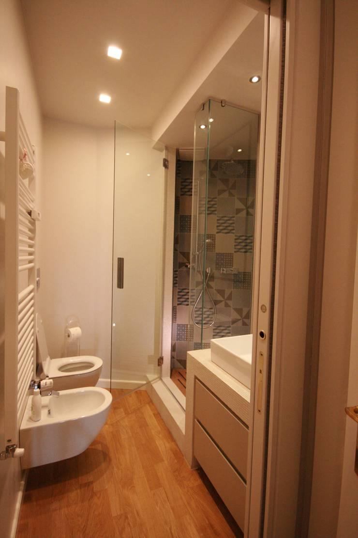 Salle de bains de style  par studiodonizelli, Moderne Céramique