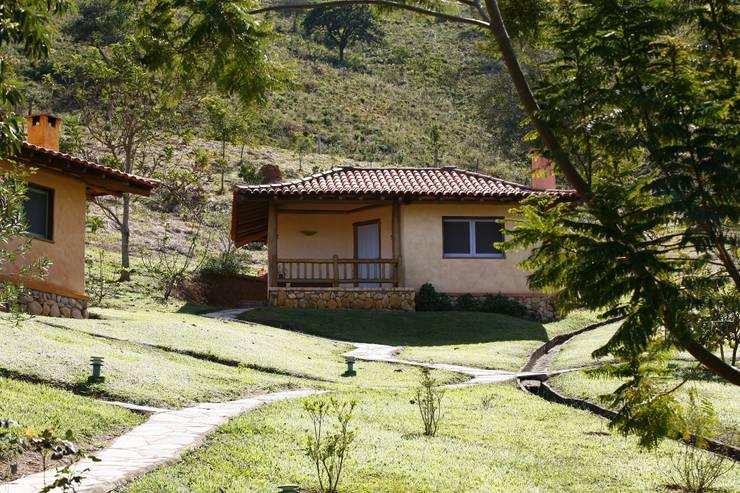 Projekty, rustykalne Domy zaprojektowane przez MADUEÑO ARQUITETURA & ENGENHARIA