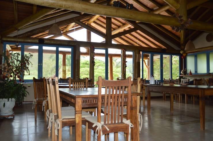 Refeitório: Salas de jantar  por MADUEÑO ARQUITETURA & ENGENHARIA,