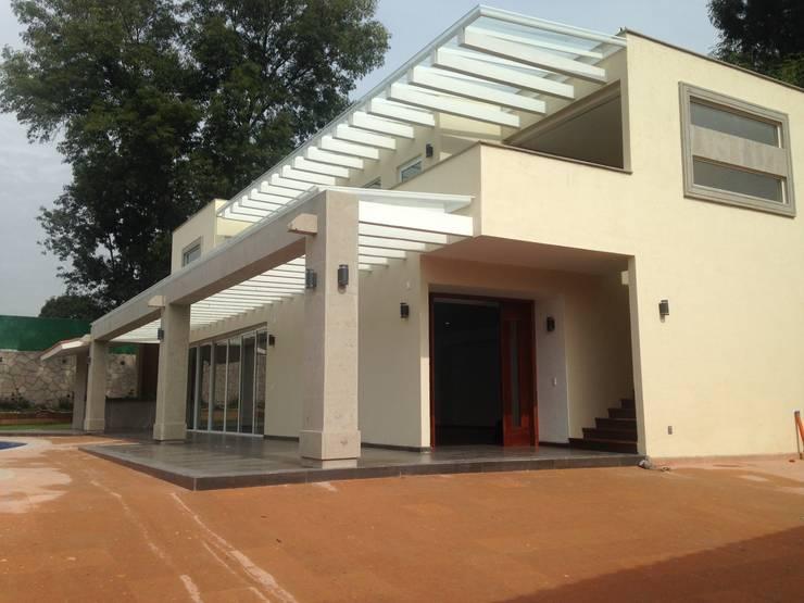 Casa en Club de Golf la Hacienda Casas modernas de CESAR MONCADA S Moderno