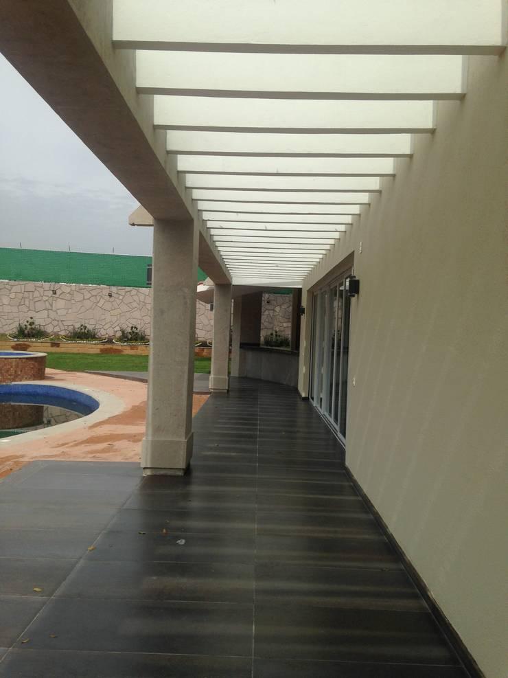 Casa en Club de Golf la Hacienda Pasillos, vestíbulos y escaleras modernos de CESAR MONCADA S Moderno