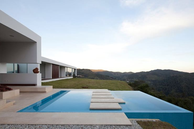 CASA BARRENECHE: Piscinas de estilo minimalista por LIGHTEN