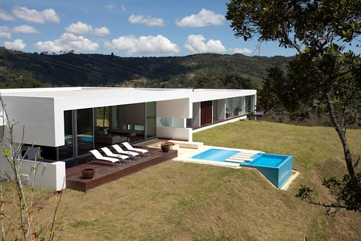 CASA BARRENECHE: Piscinas de estilo  por LIGHTEN