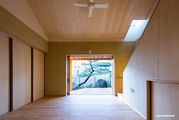 『想い出』の松を毎日愛でる生活(La vida para mirar el pino que la memoria importante mora en cada día.): アグラ設計室一級建築士事務所 agra design roomが手掛けたリビングです。,