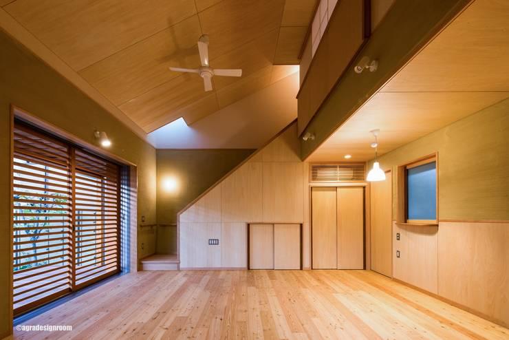 光りがコントロールされたリビングダイニング(La sala de estar que controlado las luces.): アグラ設計室一級建築士事務所 agra design roomが手掛けたリビングです。,
