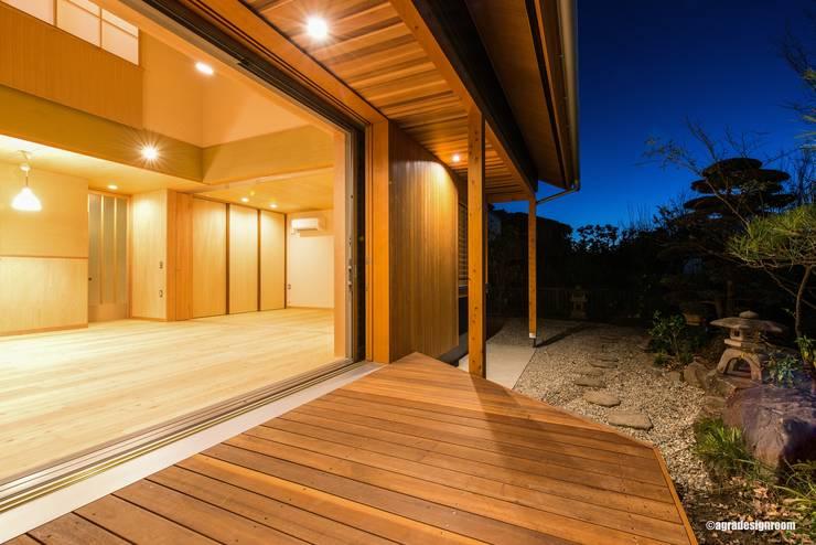 深い庇のあるリビング(El alero profundo controla la luz del sol.): アグラ設計室一級建築士事務所 agra design roomが手掛けた家です。,
