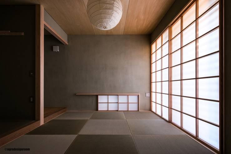 静かでモダンな和室(La cuarto del estilo japonés tranquilo, moderno.): アグラ設計室一級建築士事務所 agra design roomが手掛けたリビングです。,