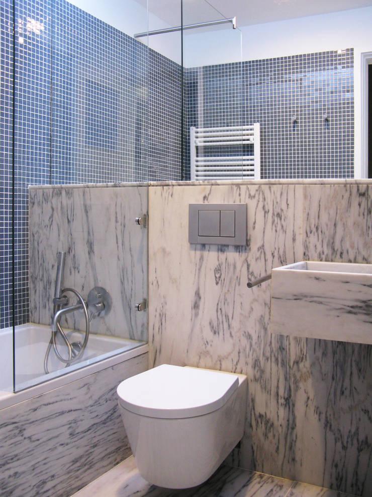 Mosque Apartment: Casas de banho  por Palma Rato + Partners