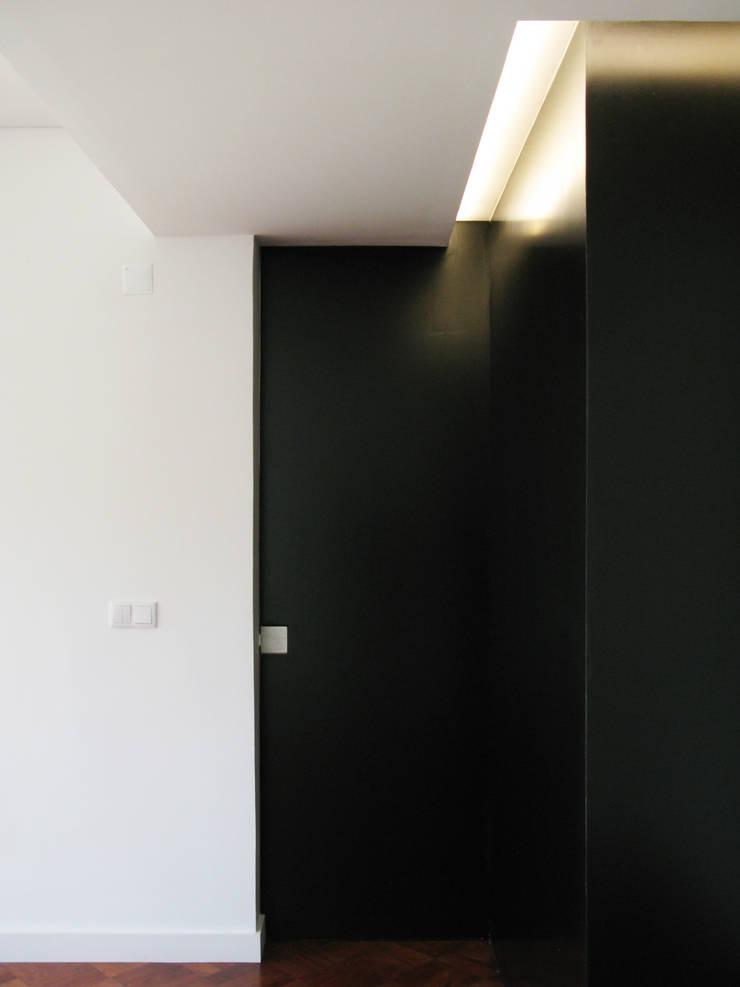 Mosque Apartment: Corredores e halls de entrada  por Palma Rato + Partners