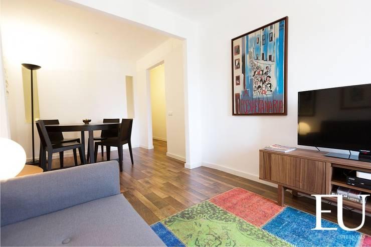 Salas de estar modernas por EU INTERIORES