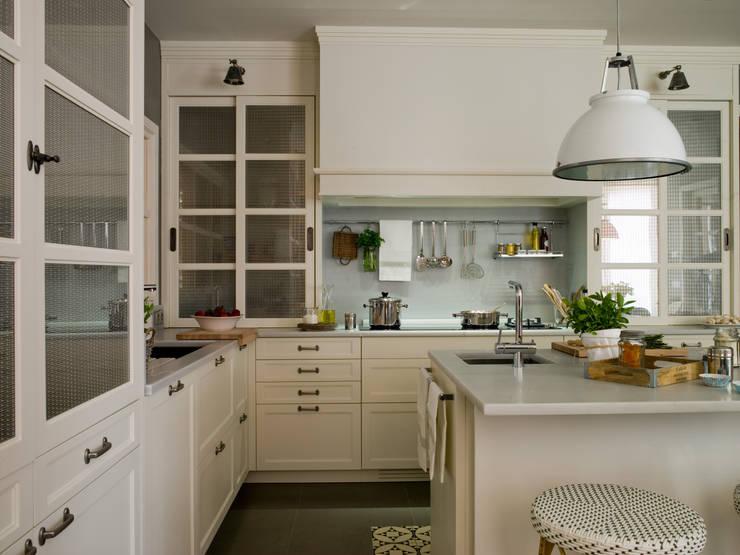 Rincón de fuegos y aguas: Cocinas de estilo clásico de DEULONDER arquitectura domestica