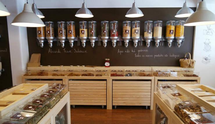 grocery store: Espaços comerciais  por Palma Rato + Partners
