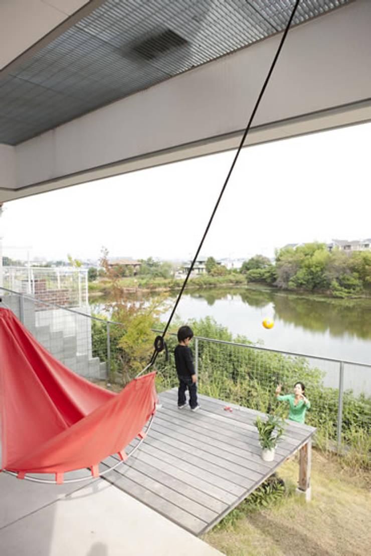 池を望む家-水面を愛でる暮らし-: atelier mが手掛けた庭です。,