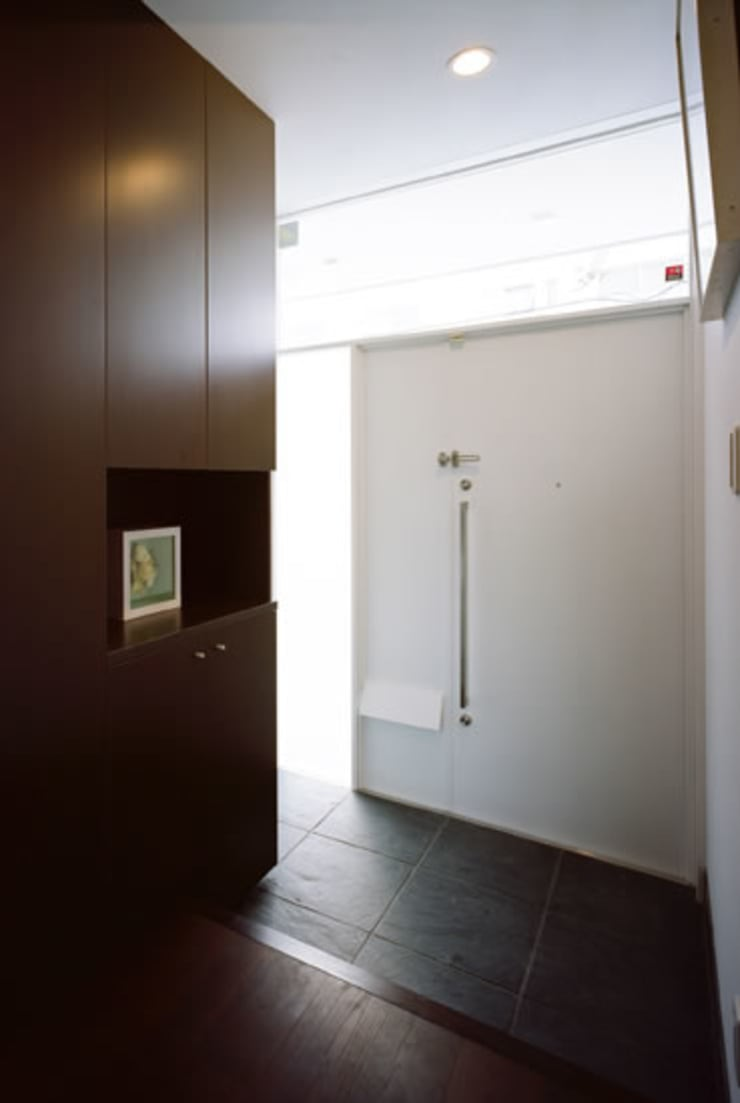 玄関: atelier mが手掛けた廊下 & 玄関です。,