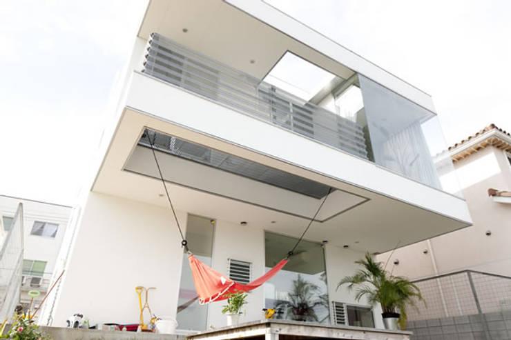 池を望む家-水面を愛でる暮らし-: atelier mが手掛けた家です。,