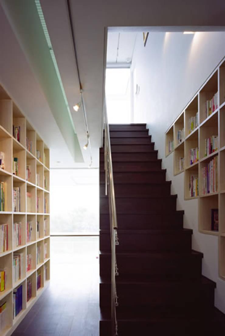 池を望む家-水面を愛でる暮らし-: atelier mが手掛けた廊下 & 玄関です。,