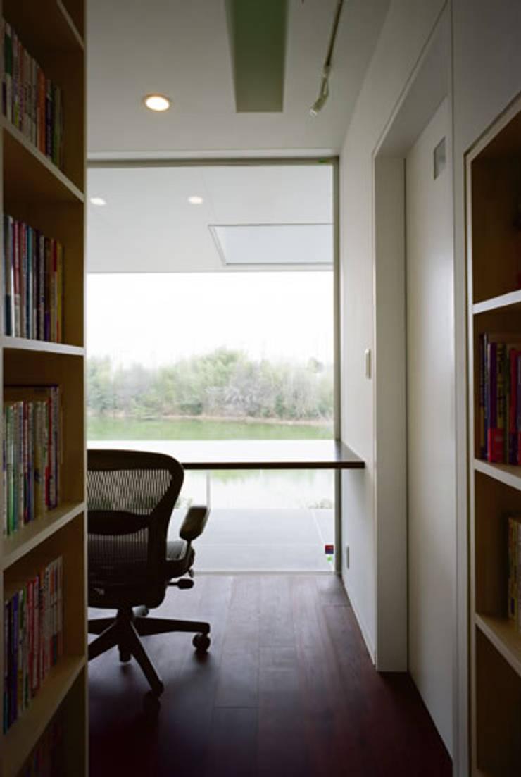 池を望む書斎: atelier mが手掛けた廊下 & 玄関です。,