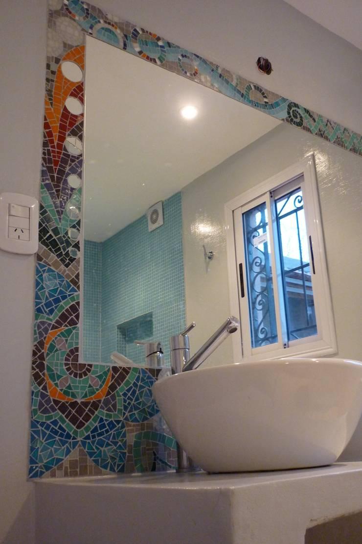 Marco de espejo: Baños de estilo  por Mosa Y Quito
